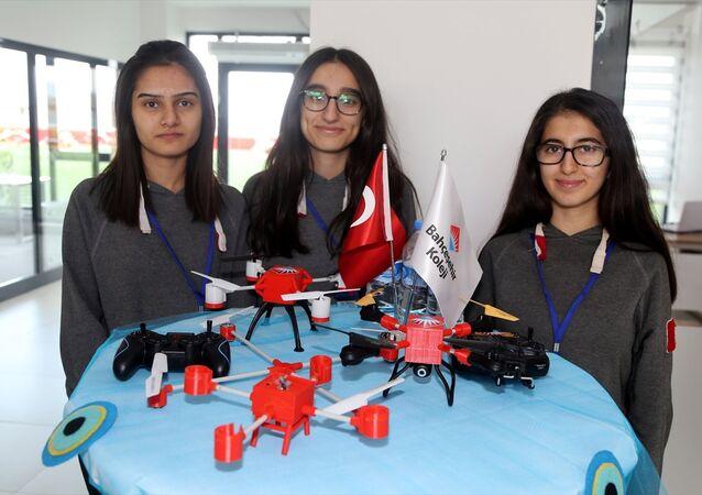 Öğrenciler atık malzemelerden drone üretti