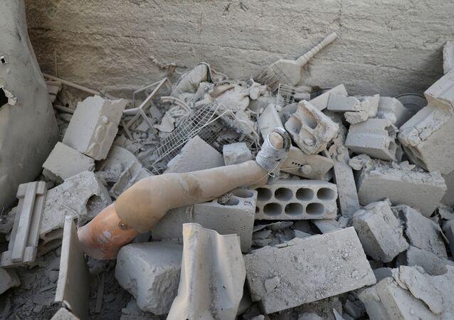 Dera'daki yıkıntılar arasında protez bir bacak