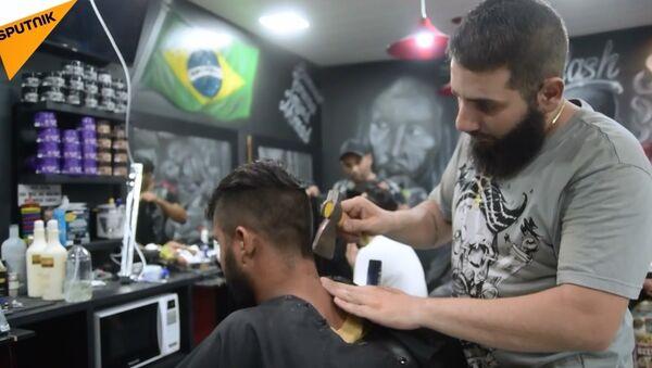 Suriyeli berberden baltayla saç traşı - Sputnik Türkiye