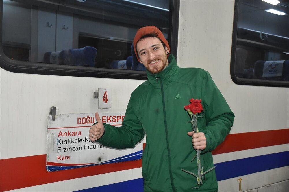 Doğu Ekspresi yolcularına Kars'ta karanfilli karşılama