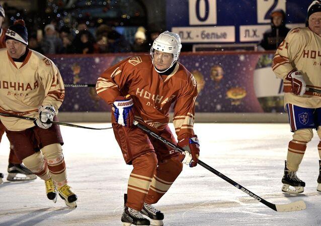 Putin buz hokeyi oynadı