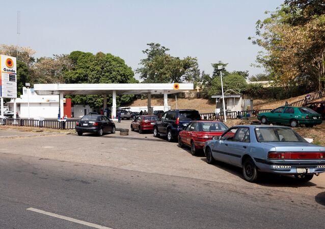 Nijerya'da birçok benzin istasyonu kapanırken araçlar benzin alabilmek için açık benzinliklerin önünde uzun kuyruklar oluşturdu.
