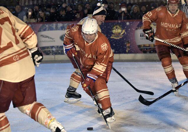 Putin Kızıl Meydan'daki buz hokeyi maçında