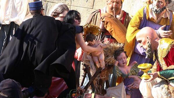 FEMEN üyesi üstüz kadın 'bebek İsa' heykelini çalmaya çalıştı - Sputnik Türkiye