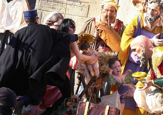 FEMEN üyesi üstüz kadın 'bebek İsa' heykelini çalmaya çalıştı