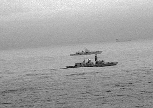 İngiliz St. Albans firkateyni, Kuzey Denizi'nde İngiltere karasularında seyreden Rus Amiral Gorşkov firkateynine refakat etti.