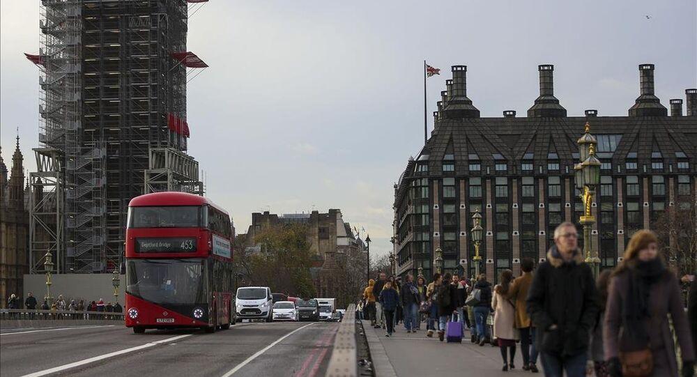 Londra'da Yaşam /  İngiltere'nin başkenti Londra'da tarihi dokuları taşıyan bir çok yapıları görmek mümkün. Londra'nın simgesi çift katlı otobüslerinde yer aldığı caddeler eşsiz güzellikler sunuyor.