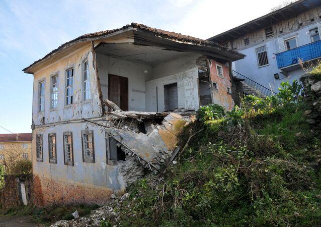Trabzon Sürmene'de toprak kayması
