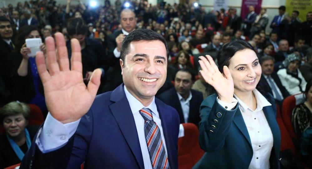 4 Kasım 2016'da gözaltına alınarak tutuklanan Selahattin Demirtaş Edirne F Tipi Cezaevi'nde, Figen Yüksekdağ ise Kandıra 1 Nolu F Tipi Cezaevi'nde tutuklu.
