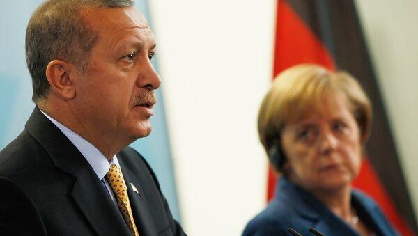 Cumhurbaşkanı Recep Tayyip Erdoğan, Hollanda hükümetini ve ona destek çıkan Almanya Başbakanı Angela Merkel'i 'Nazi uygulamaları' ile suçladı. - Sputnik Türkiye
