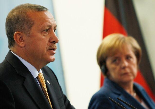 Cumhurbaşkanı Recep Tayyip Erdoğan, Hollanda hükümetini ve ona destek çıkan Almanya Başbakanı Angela Merkel'i 'Nazi uygulamaları' ile suçladı.