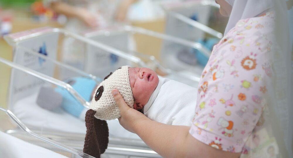 Bir hemşire ailelerin bu kostümler ve fotoğraflar nedeniyle özellikle kendi hastanelerinde doğum yapmayı seçtiğini söyledi.