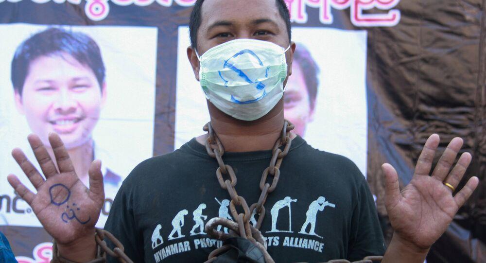 Myanmar'da gazetecilerin tutuklanamasını protesto eden bir eylemci