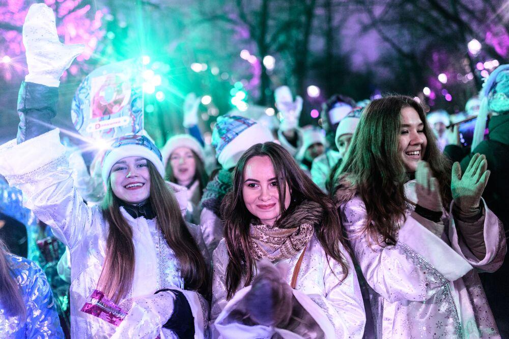 Moskova'da Kar kızları geçidi