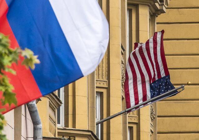Rusya ve ABD bayrakları