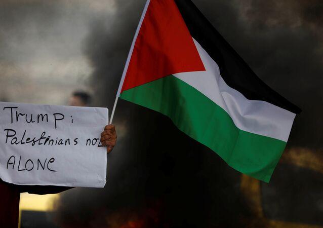 Batı Şeria'da bir pankart: 'Trump, Filistinliler yalnız değildir'