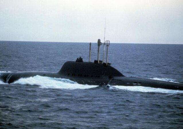 LİRA DENİZALTISI  Sovyet denizaltı projelerinin arasında en ilgi çekici olanlardan biri, Proje 705 'Lira' kapsamında üretilen ve denizcilerin 'otomat' dedikleri torpidolu denizaltıları oldu. Bu denizaltılarda geniş bir biçimde kullanılan otomatik kumanda sistemlerinin sayesinde mürettebat sayısının 31 kişiye düşmesi sağlandı.  Lira'ların düşük ağırlığı ve üzerlerindeki güçlü nükleer motor sayesinde bu denizaltılar, 41 knot'a (75,93 km/saat) kadar hız geliştirebiliyordu. Lira projesinin başlatıldığı 60'lı yıllarda ABD Donanması, maksimum 26 knot hız geliştirebilen torpidolu denizaltılara sahipti.