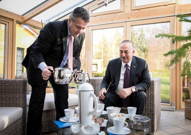 Almanya Dışişleri Bakanı Sigmar Gabriel, evinde ağırladığı Dışişleri Bakanı Mevlüt Çavuşoğlu'na eliyle Türk çayı ikram etti