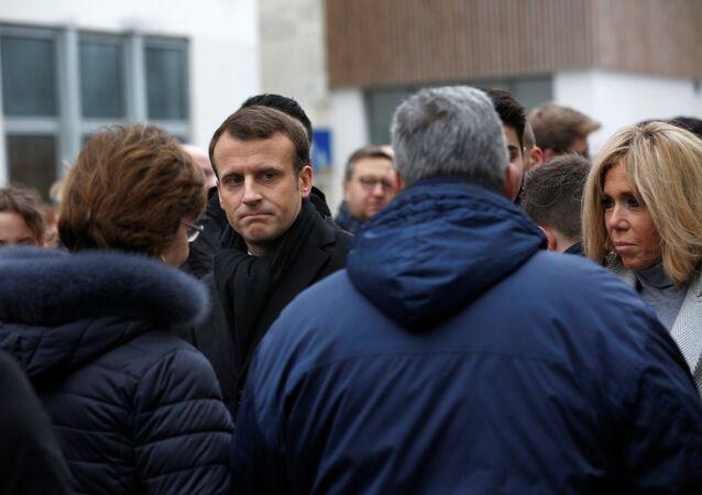 Macron IŞİD üyesi saldırganların 3 yıl önce Paris'te 17 kişiyi öldürdükleri Charlie Hebdo dergisinin ofisi ve koşer marketin önündeki anma etkinliklerine katıldı. Macron ölenlerin anısına çelenk bıraktı ve 1 dakikalık saygı duruşuna katıldı.