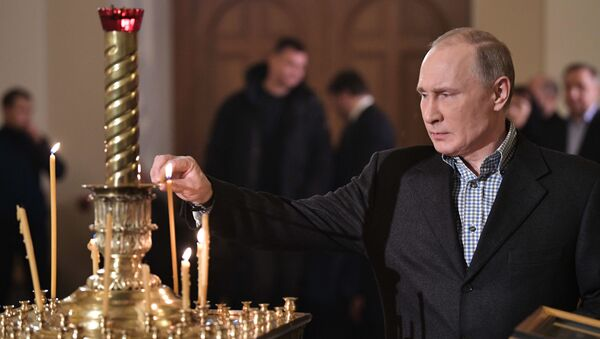 Rusya Devlet Başkanı Vladimir Putin, St. Petersburg'daki bir kilisede düzenlenen Noel gecesi ayinine katıldı. - Sputnik Türkiye