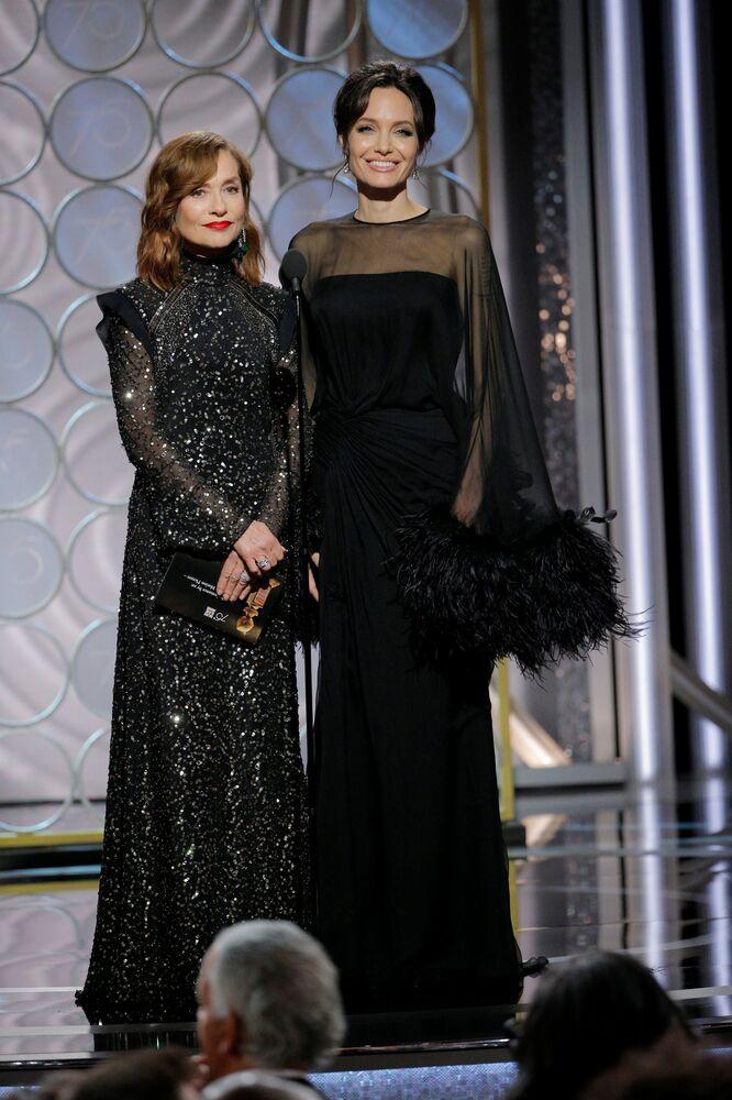 75. Altın Küre Ödülleri gecesinde Angelina Jolie