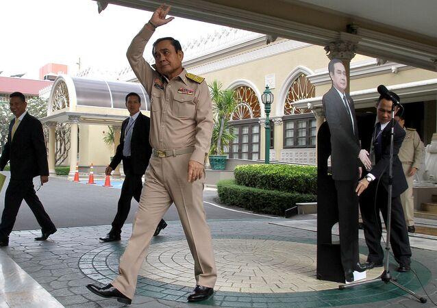 Tayland Başbakanı Prayut Çan-oça ve karton maketi