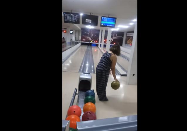 Brezilya'nın Rondonia eyaletinde bir kadın bowling oynarken gücüne hakim olamadı. Kadının attığı top, labutlar yerine sonuçları gösteren televizyona isabet etti.