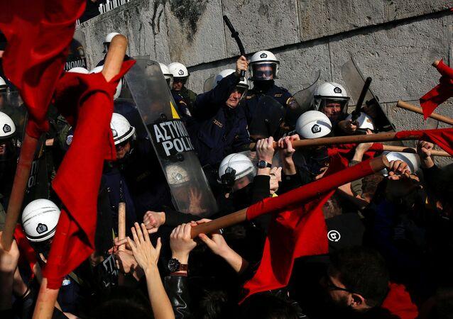 Yunanistan'da, meclise girmek isteyen komünist partililer polisle çatıştı