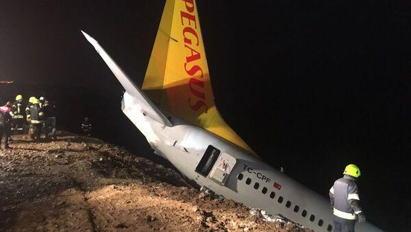 Ankara'dan Trabzon'a gelen uçak Trabzon Havalimanı'na iniş yaptıktan sonra pistten dışarıya çıktı. - Sputnik Türkiye