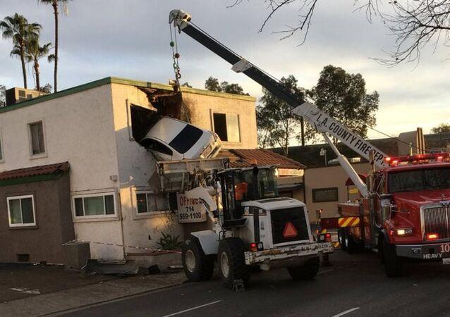 ABD'nin Kaliforniya eyaletindeki Santa Ana kentinde aşırı hız yapan bir araç, takla atarak bir binanın ikinci katındaki dişçi bürosuna girdi.