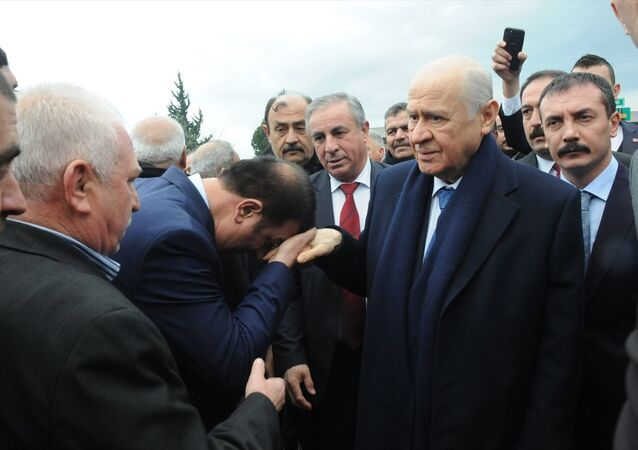MHP Genel Başkanı Devlet Bahçeli, bir dizi açılış ve temel atma töreni için geldiği Osmaniye'de yolda partililerce karşılandı.