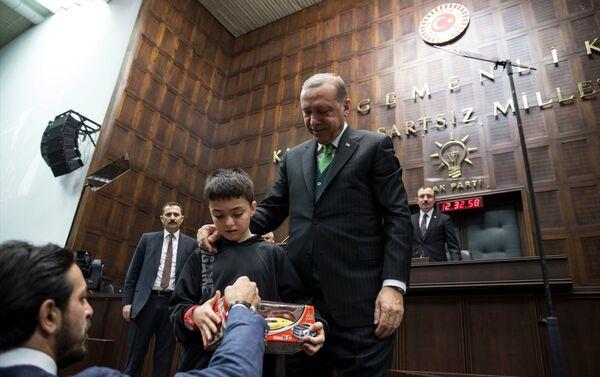 Erdoğan da çocukla bir süre sohbet etti ve fotoğraf çektirdi. - Sputnik Türkiye