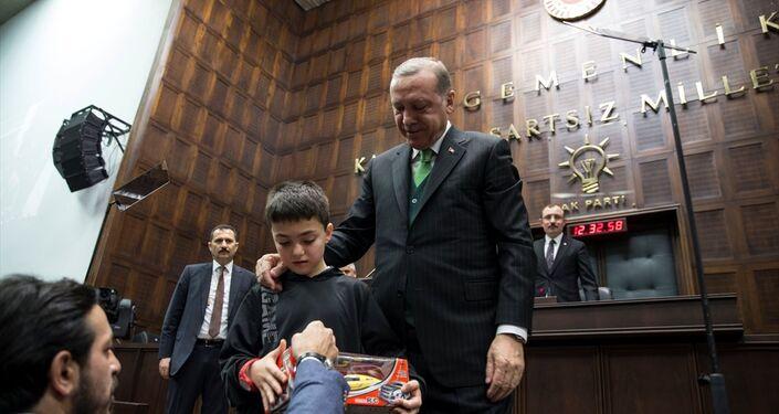Erdoğan da çocukla bir süre sohbet etti ve fotoğraf çektirdi.
