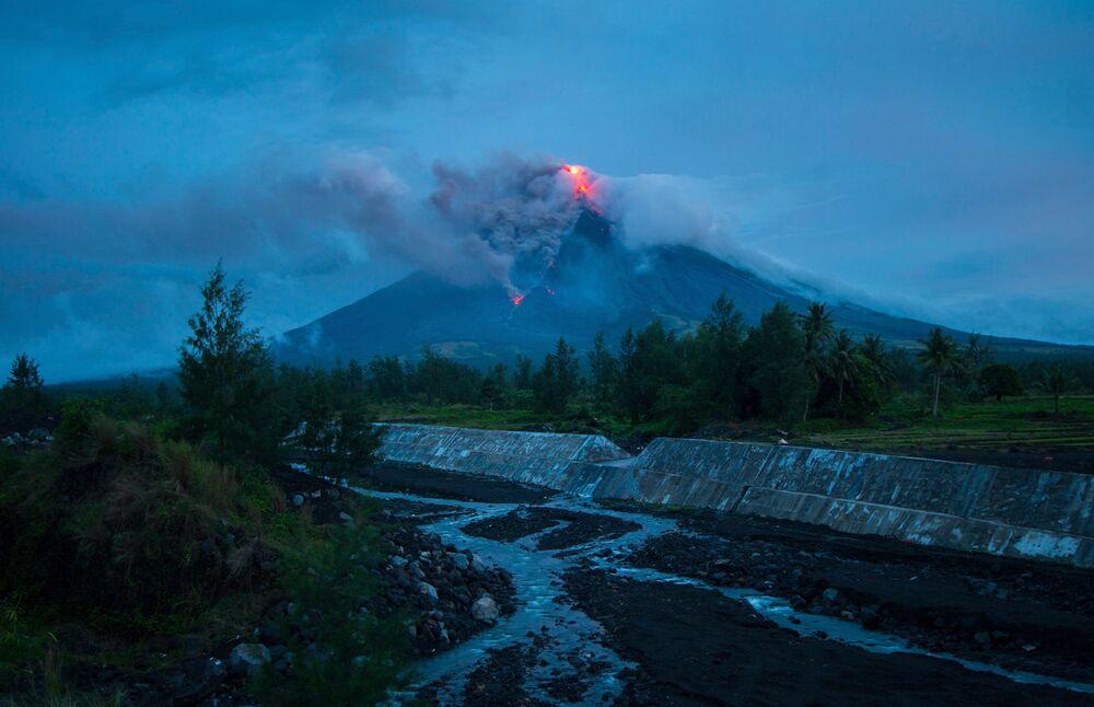 Filipinler'in en büyük yanardağı Mayon patladı