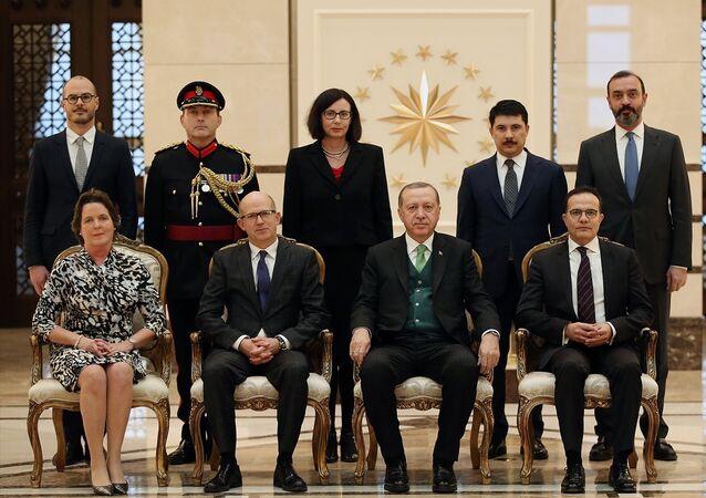 Cumhurbaşkanı Recep Tayyip Erdoğan, Birleşik Krallık Büyükelçisi Dominick John Chilcott'u kabul etti. Chilcott'un, eşi Jane Elizabeth Chilcott ve büyükelçilik mensuplarını Cumhurbaşkanı Erdoğan'a takdiminin ardından hatıra fotoğrafı çektirildi.
