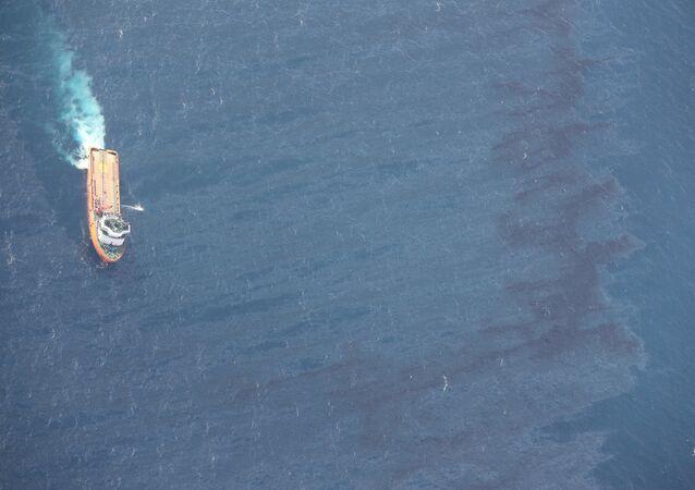 Çin açıklarında batan İran tankerinden sızan ham petrol