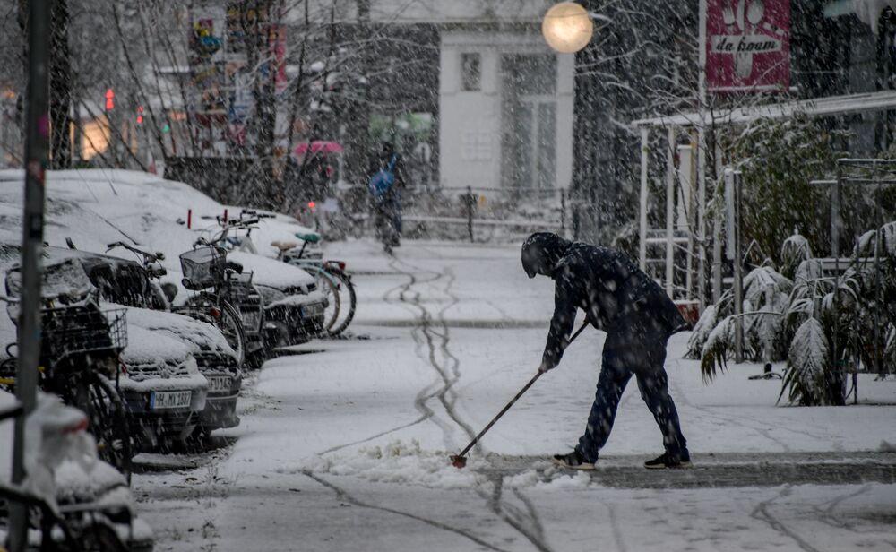 Almanya'nın son 11 yılda karşılaştığı en şiddetli fırtınada 2'si itfaiyeci 2'si de TIR şoförü toplam 8 kişi yaşamını yitirdi. Hollanda ve Belçika'da ise fırtına kaynaklı kazalarda 3 kişi hayatını kaybetti.