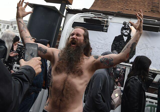 Motorhead'in solisti Lemmy Kilmister portresinin önünde bir hayran