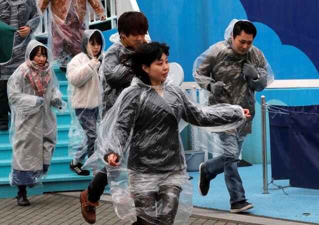 Tokyo'da balsitik füze tehdidine karşı yapılan tahliye tatbikatına katılan gönüllüler