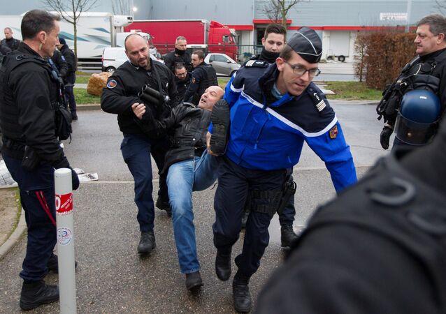 Fransız jandarması Lyon'daki Lyon-Corbas cezaevi önünde girişi engelleyen grevdeki gardiyanlara müdahale etti