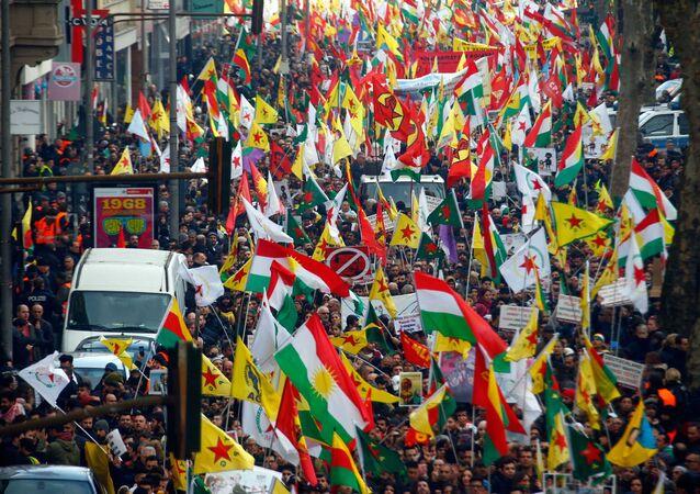 Almanya'nın Köln şehrinde Türkiye'nin Afrin operasyonu protesto edildi
