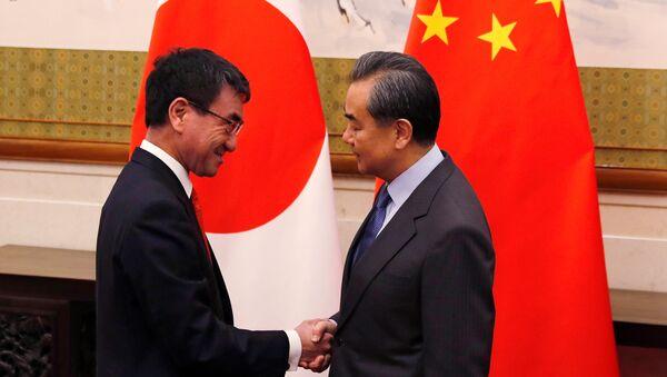 Japonya Başbakanı Taro Kono- Mevkidaşı Wang Yi - Sputnik Türkiye