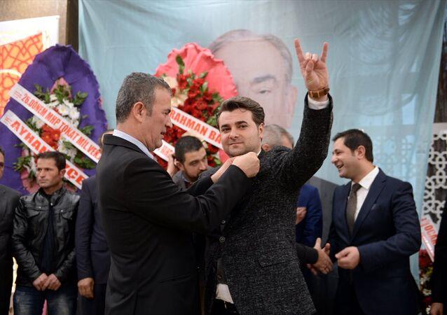 Tokat'ta bir otelde MHP'ye katılan bin üyeye rozet takma töreni düzenlendi.
