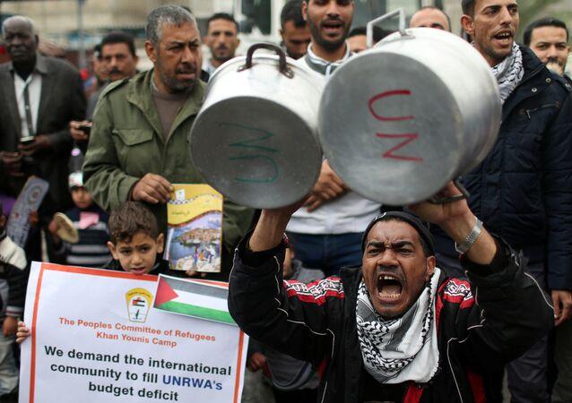 ABD'nin Birleşmiş Milletler Filistinli Mültecilere Yardım Kuruluşuna (UNRWA) verilecek 125 milyon dolarlık yardımın 65 milyon dolarlık bölümünü askıya alması Gazze'de protesto edildi.