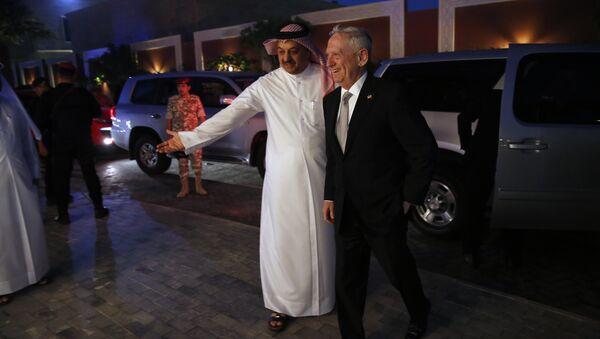 Katar Savunma Bakanı Halid bin Muhammed el Atiyye ABD Savunma Bakanı Jim Mattis - Sputnik Türkiye