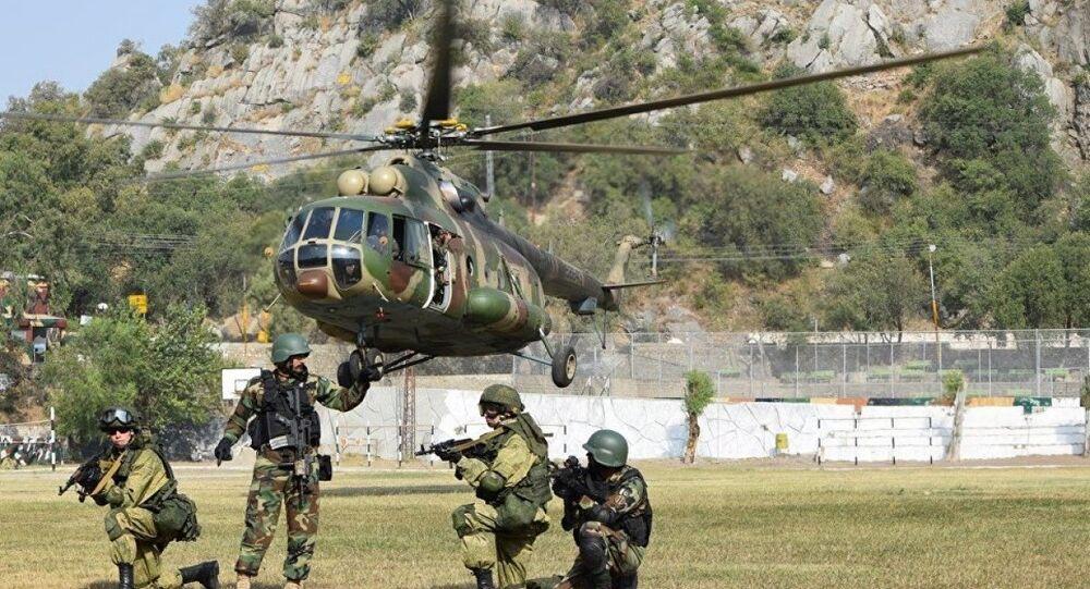 Rus ve Pakistanlı askerler Dostluk 2016 tatbikatında Mi-17 helikoterinden indirme çalışması yapıyor