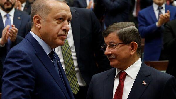 Cumhurbaşkanı ve AK Parti Genel Başkanı Recep Tayyip Erdoğan, ve eski Başbakan AK Parti Ahmet Davutoğlu  - Sputnik Türkiye