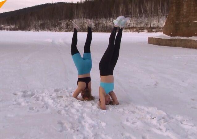 Sibiryalı kızlardan dondurucu soğukta ekstremal yoga