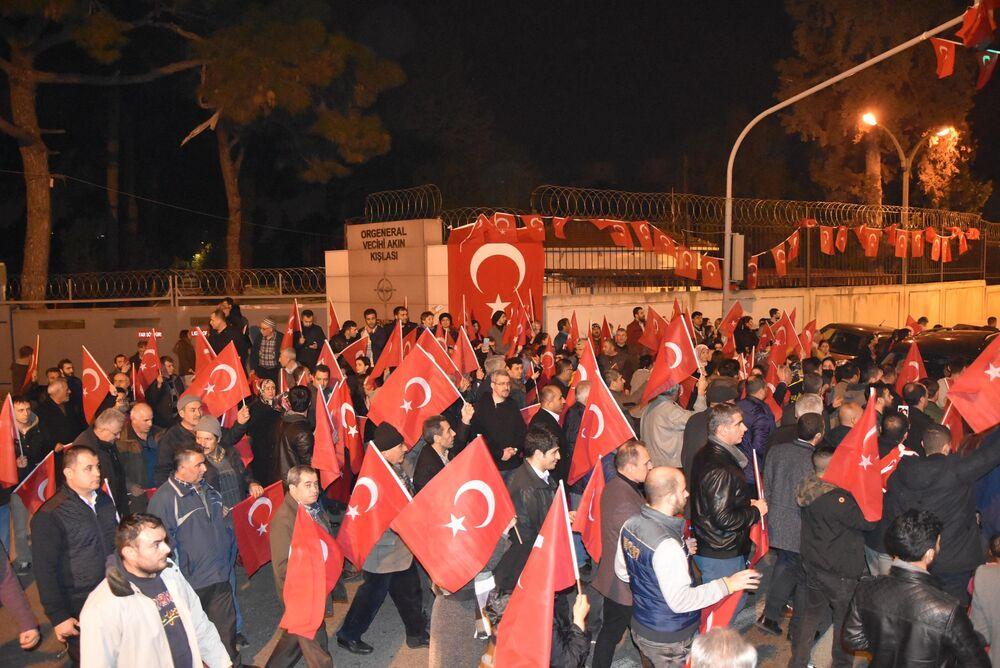 İzmir'deki NATO kışlası önünde protesto