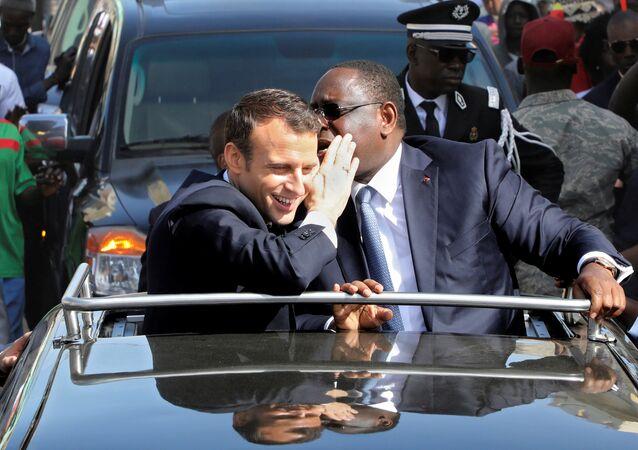 Macron ile Sall, Saint-Louis'de konvoy halinde tur atarken de samimi şekilde sohbet etti.